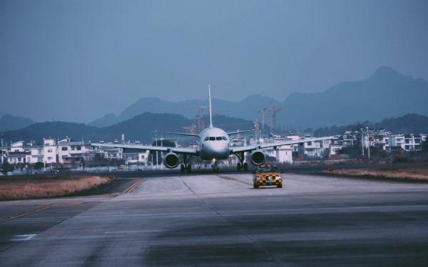 澜湄航空LQ850航班滑向停机坪