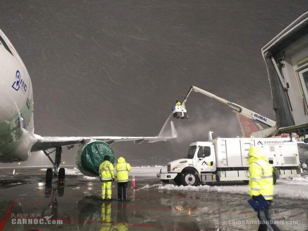 合肥机场连夜除冰雪保证春运航班正常