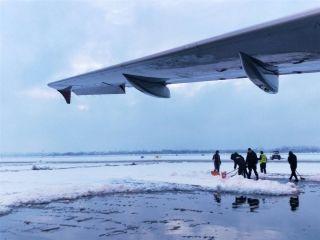 大雪来袭,南京禄口国际机场彻夜除冰雪,保障万千旅客春节平安顺畅出行。陈炯摄