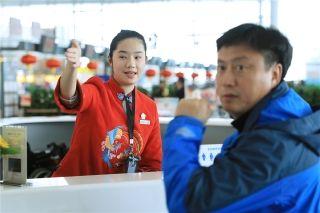 大雪来袭,南京禄口国际机场彻夜除冰雪,保障万千旅客春节平安顺畅出行。-房天翔摄1