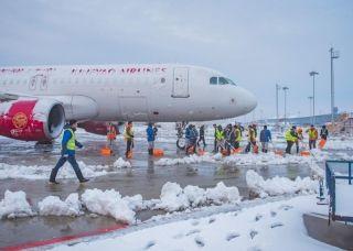 大雪来袭,南京禄口国际机场彻夜除冰雪,保障万千旅客春节平安顺畅出行。-潘东城摄1