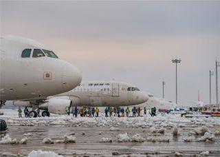 图集:大雪来袭 南京禄口国际机场彻夜除冰雪