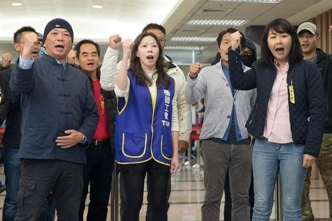 华航飞行员春节发起罢工 网友看法两极引论战