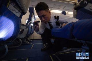 """回忆起在飞机上的印象最深的一次过年,刘黎回忆道:""""在飞机上向下望,云层里闪烁的光,还以为是闪电,后来同事才告诉我,是人们在放烟花。虽然不能和家人团圆,但能把更多的乘客们送回家,感到十分欣慰。"""" 新华网 李相博 摄"""