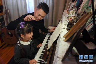 2014年6月,刘黎夫妇的爱情结晶——刘睿希出生了。女儿出生后,夫妻俩达成了默契:只要时间允许,就要回去陪伴女儿。就算头天晚上通宵工作,第二天也会尽量去接送女儿上学放学。新华网 李相博 摄