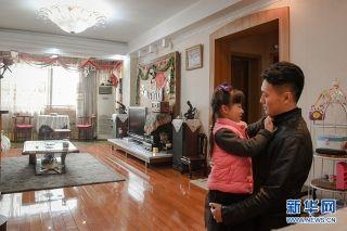 """在中国人眼里,""""家""""是具有独特意义的存在。由于不能经常回家,过年也很少和家人团聚,刘黎和练黎便会尽可能地挤出平时的时间陪伴家人。每年的休假,夫妻俩都会带着一家老小去旅行,弥补年节没能团聚的遗憾。新华网 李相博 摄"""