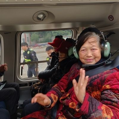 四川富豪开直升机回村拜年 发1200万现金红包