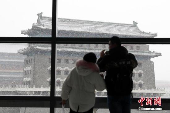 北京大雪纷飞 首都机场启动运管委应急会商机制