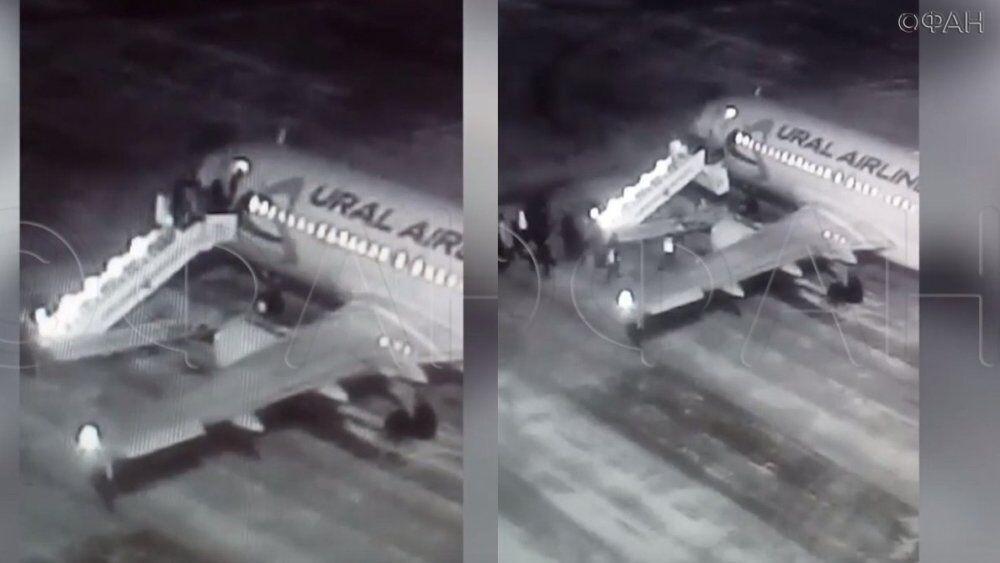 俄机场飞机扶梯突然断裂致6名乘客高处跌落受伤