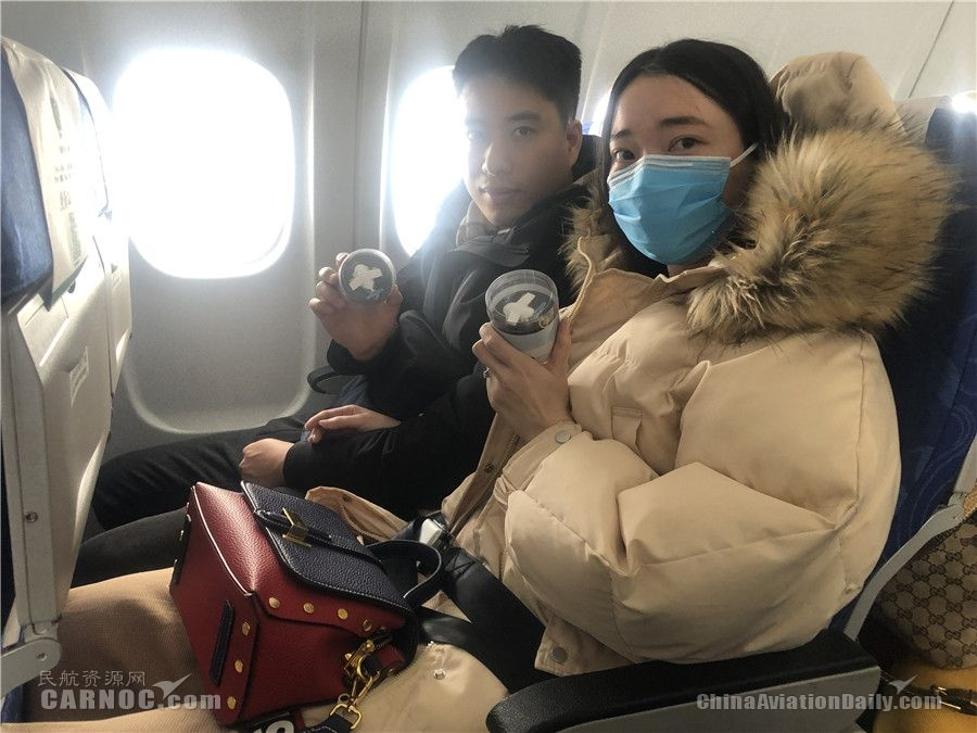 乘坐JR1543航班的北京小情侣