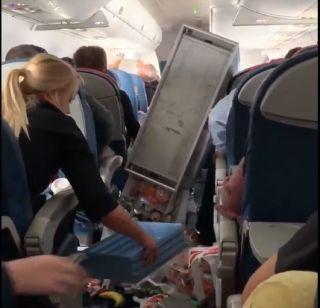 达美航空客机遇气流紧急备降 客舱一片狼藉