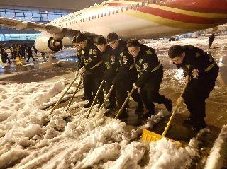 南京机场安检除雪保安全 单日保障出港旅客首破五万
