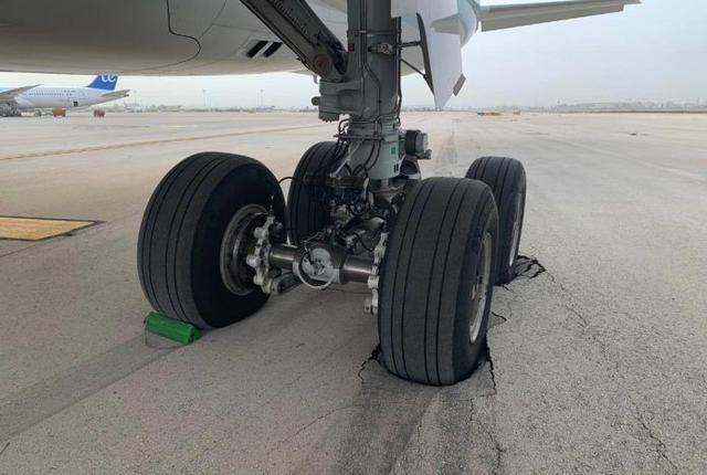 """國泰航空新飛機輪胎陷坑""""壓壞""""以色列機場"""