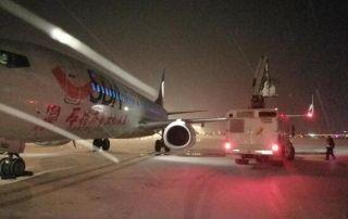 """机场彻夜除雪 首架航班""""洗完澡""""正点起飞"""