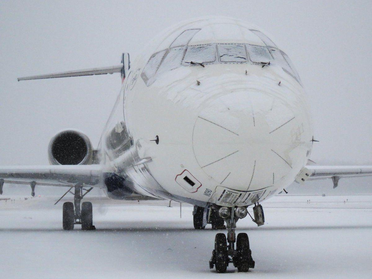 暴風雪肆虐美國中東部 機場飛機變冰棍