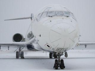 暴风雪肆虐美国中东部 机场飞机变冰棍