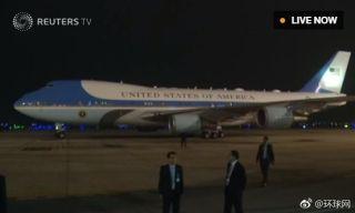 """刚刚!特朗普专机""""空军一号""""抵达越南河内"""