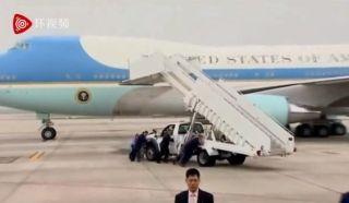 特朗普飞离越南 空军一号舷梯车坏掉靠人工推走