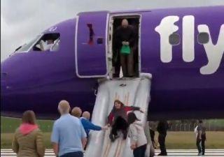 视频:客舱出现烟雾 英客机起飞前紧急疏散