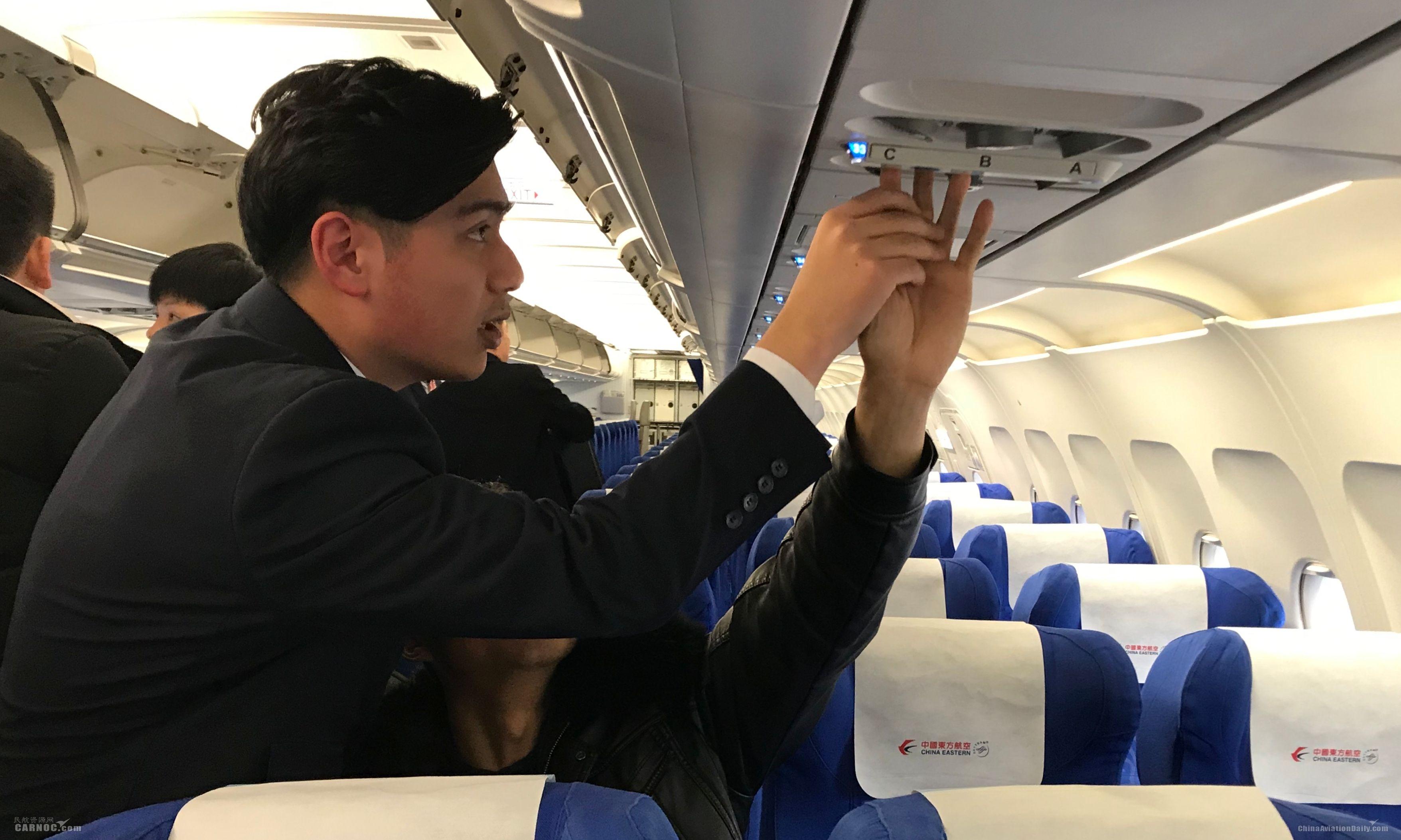 2月25日MU9641航班,乘务员冯鋆耐心地拉着盲人旅客的手一一触摸客舱服务设备 东航浙江供图