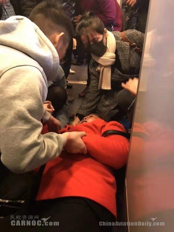 乘务员在唤醒女乘客。     厦航供图