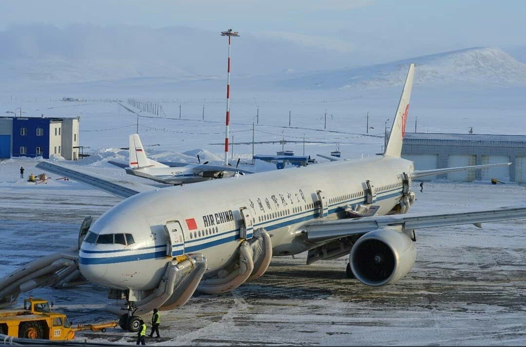国航CA983航班因货舱火警警报在俄罗斯备降紧急疏散 图:@FlightAlerts_ via Twitter
