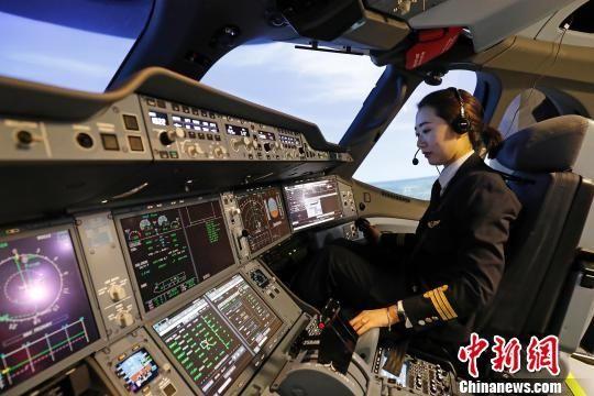 本想读心理学的她为何去开飞机?走近这位女飞行员