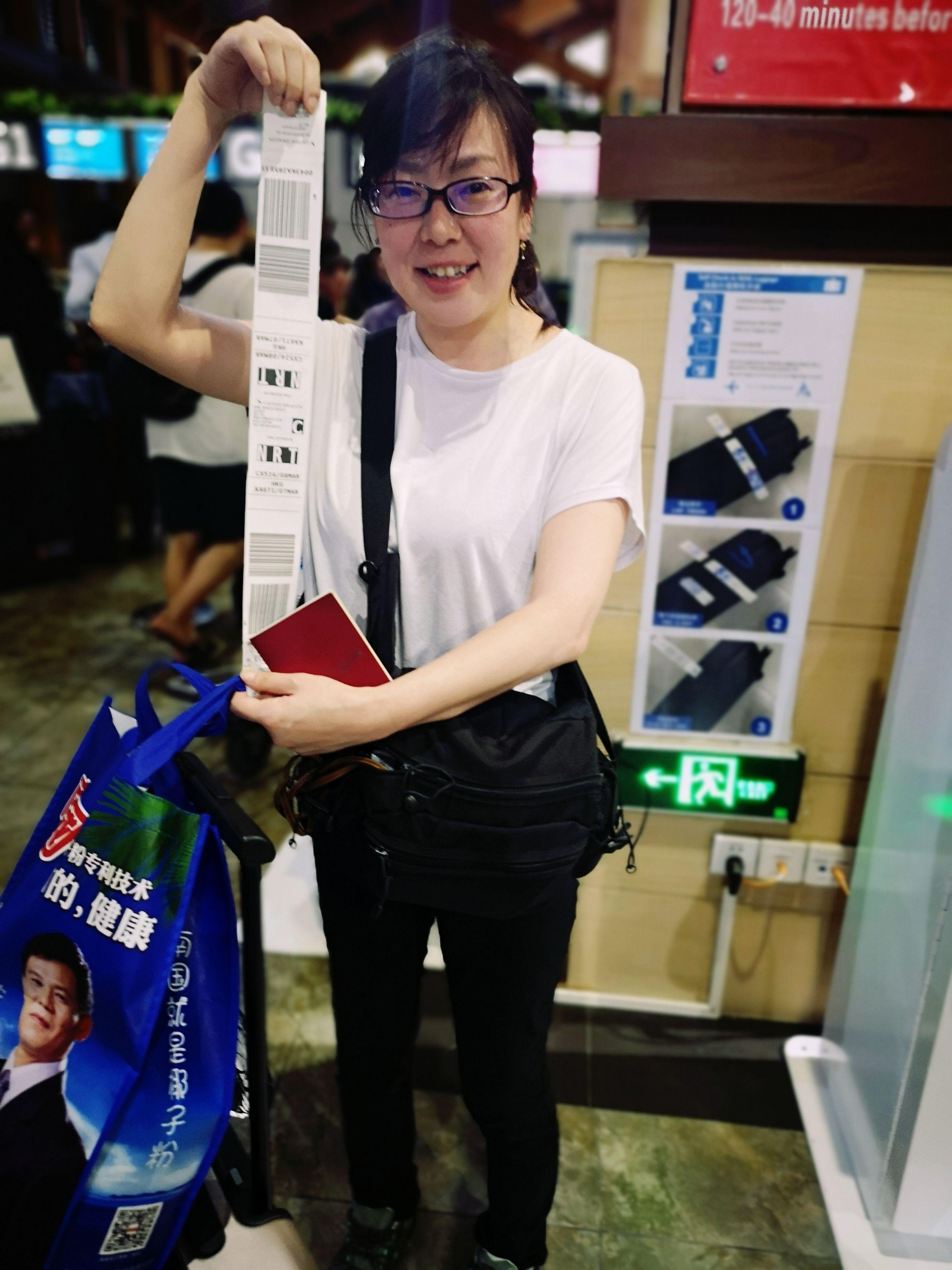 旅客展示自助打印行李条