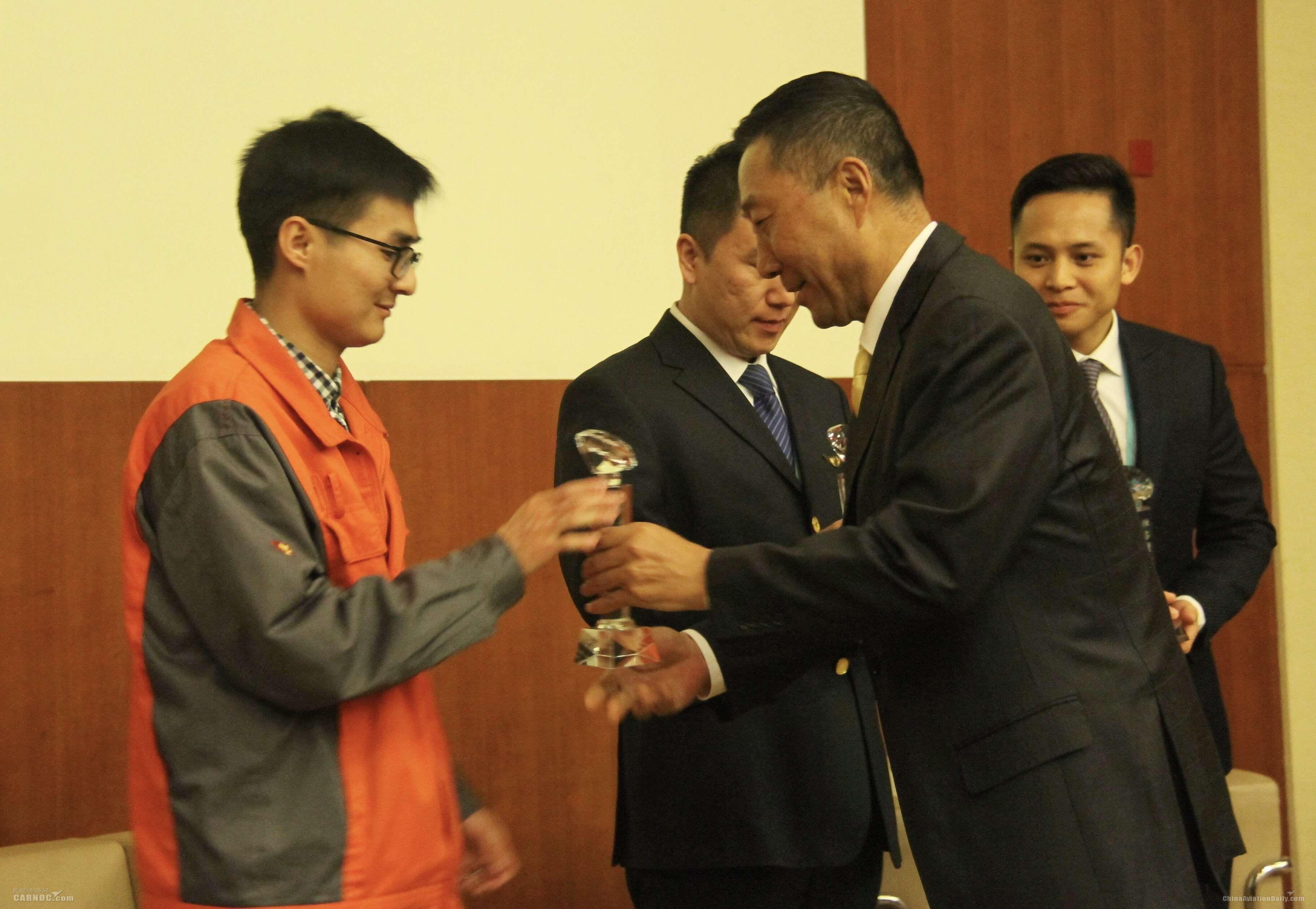 海航集团航空安全管理委员会主任牟伟刚为获奖选手颁奖     海航供图