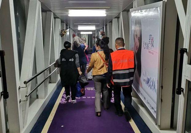 伊宁机场与时间赛跑救助误食消毒液幼儿