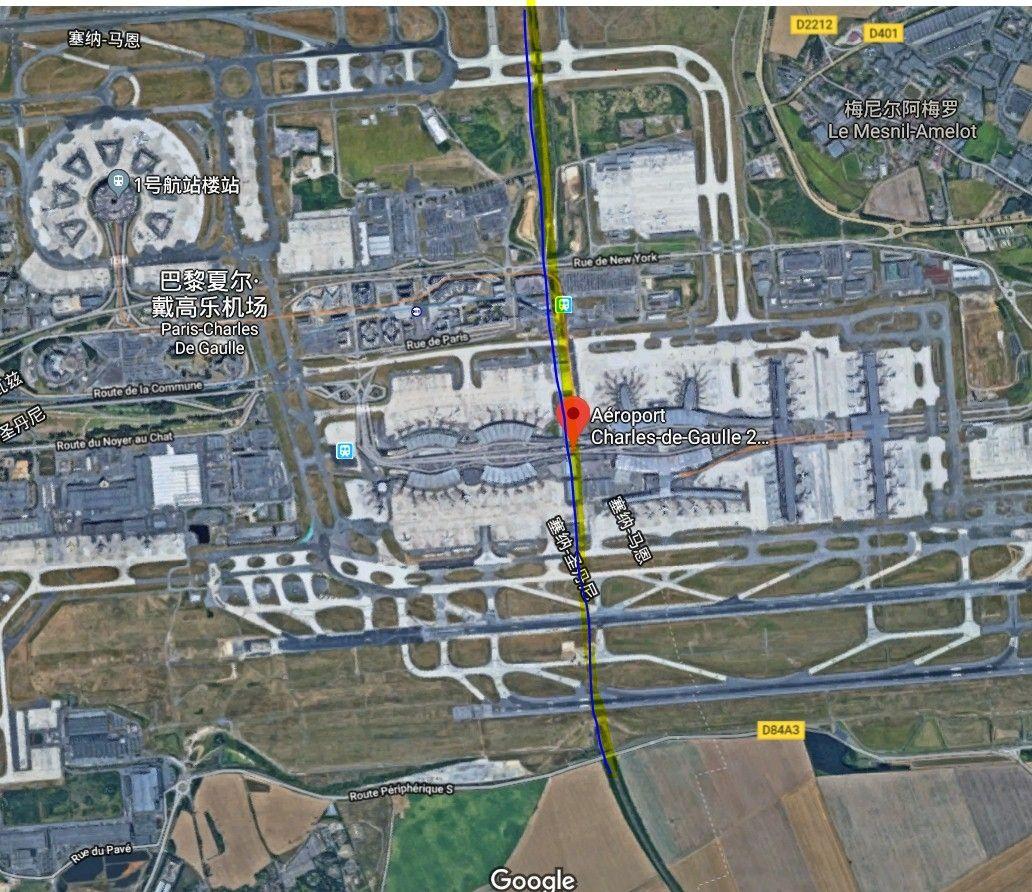 经过戴高乐机场站(红点)的铁路(蓝线)从2号航站楼正下方穿过