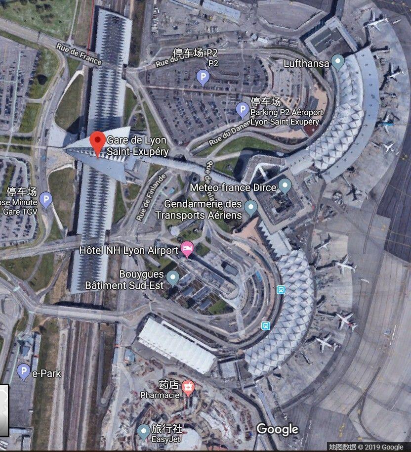 里昂机场的车站(2月台2对铁轨)位于航站楼的左手边,以行人天桥相连