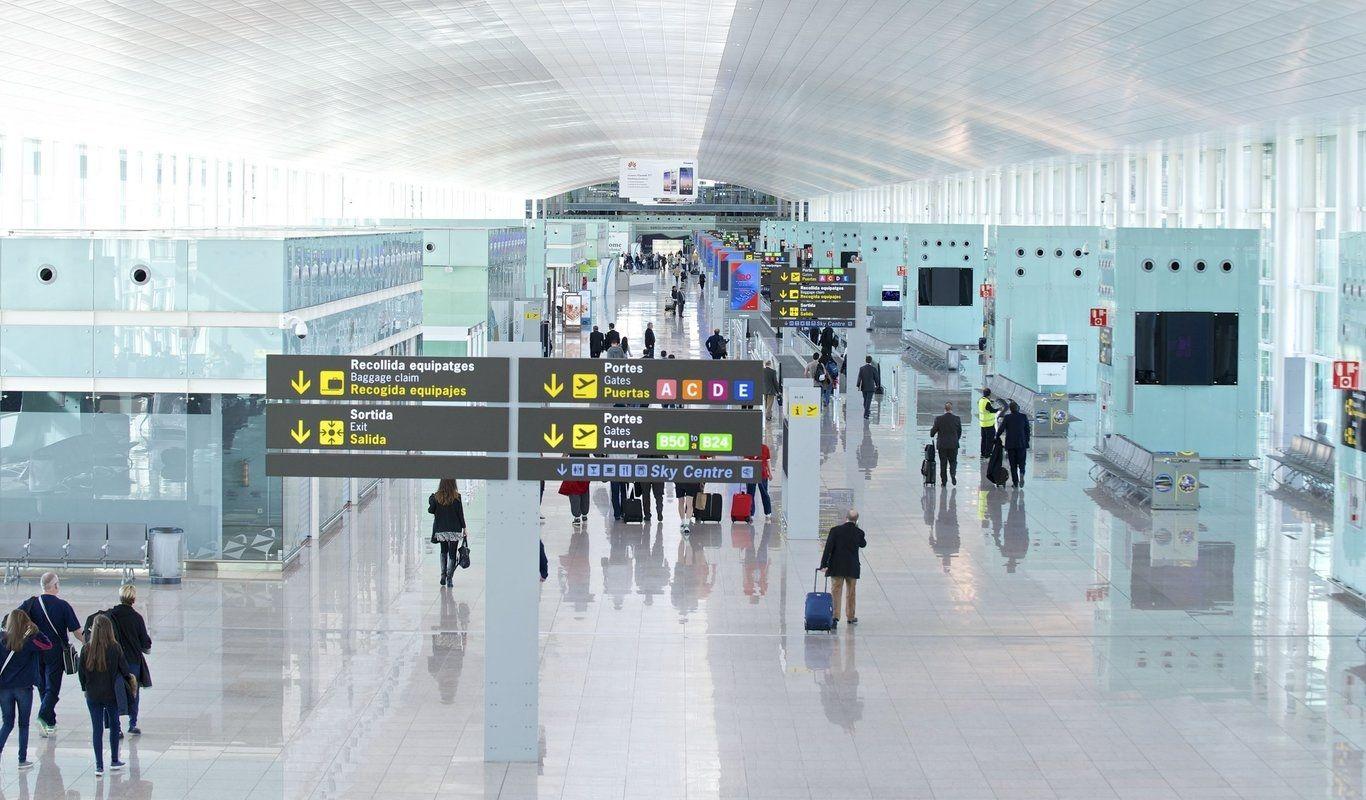 """非洲难民钻巴塞罗那机场""""暗道""""入境"""