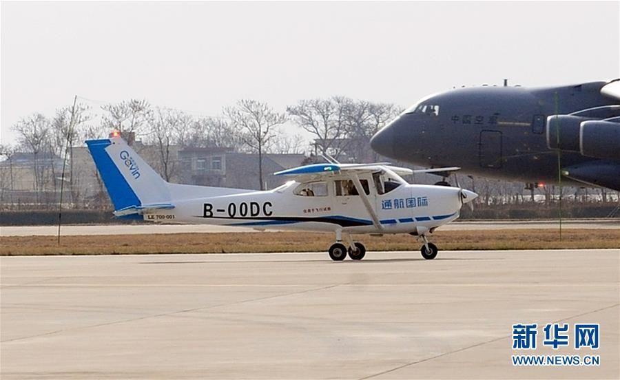 小鹰-700飞机停泊在位于西安阎良的航空工业试飞中心机场(3月22日摄)新华社发(刘其东