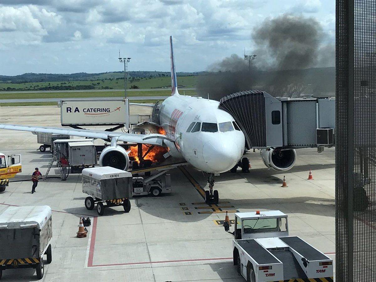 巴西康菲斯国际机场一架飞机行李卸载时 行李传送带上突发火灾