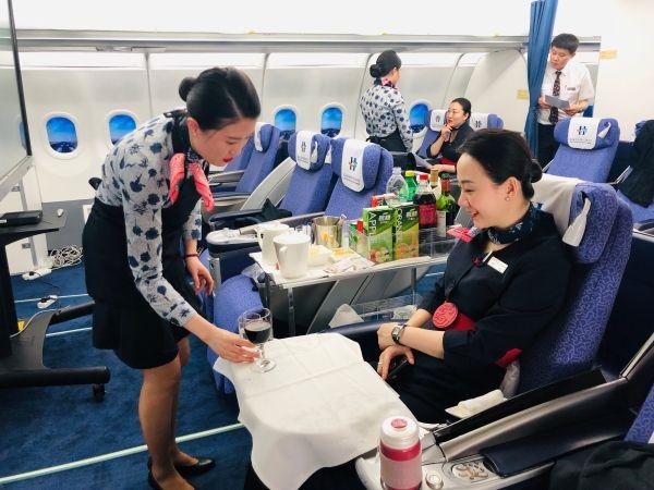 图片 东航山东客舱部与青岛酒店管理学院开展共建活动