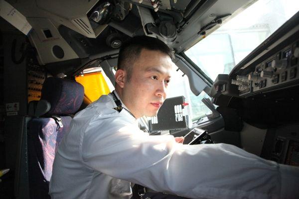 """国航重庆胡启明:有""""快乐魔法""""的年轻机长"""