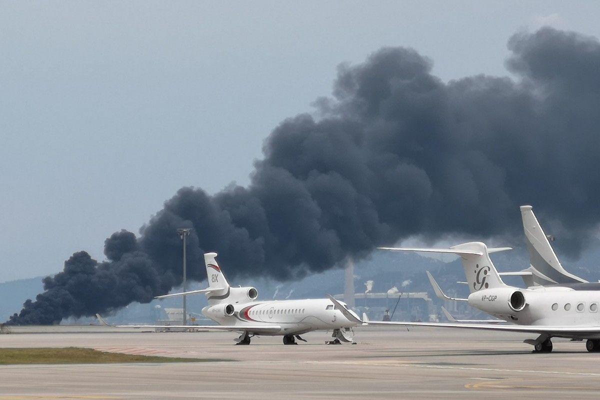 香港国际机场在建第三跑道起火 现场浓烟滚滚