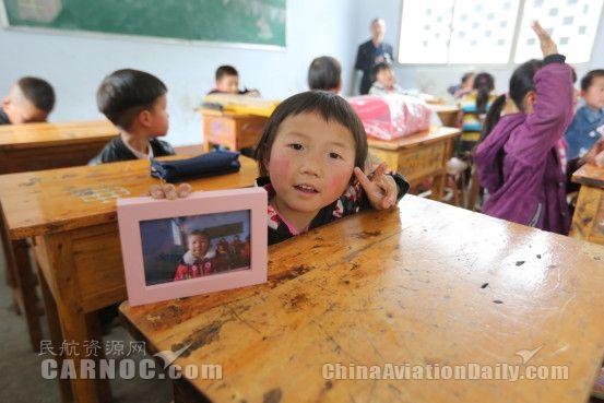 收到礼物的孩子们非常兴奋,在镜头前展示自己的礼物