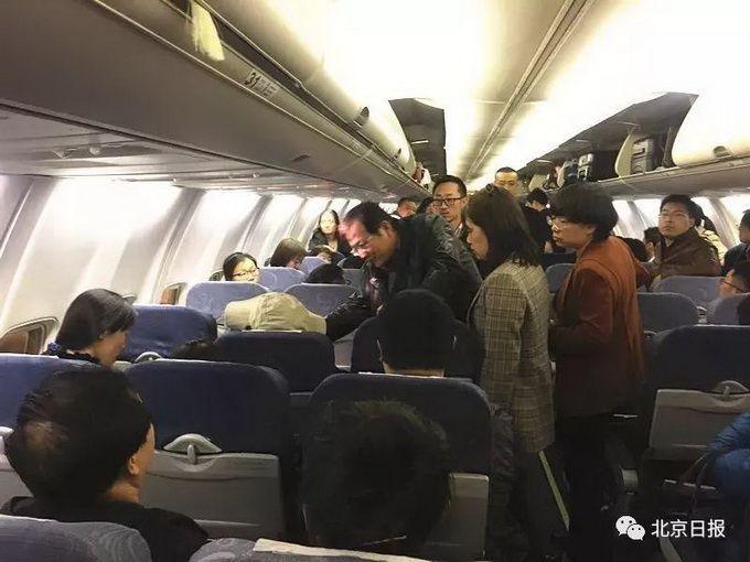 乘客突发急病,幸有三位医生同机!