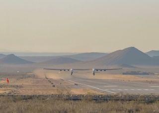 世界上最大飞机首飞成功 图片来源:推特@Jack Beyer