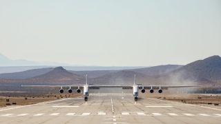 世界上最大飞机首飞成功 图片来源:推特@Bill Hilf