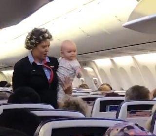 空姐贴心照顾乘客一岁多女童 宝宝频送乘客飞吻