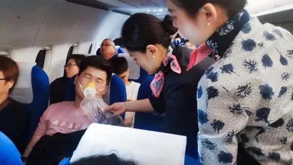 男子飞机上突发心脏不适 东航乘务员妥善处置