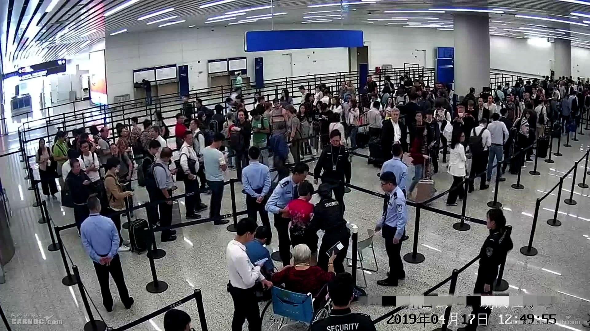 """20分钟生死救助,白云机场入境大厅秒变""""急救站"""""""