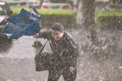 广州发布13年来最早暴雨红色预警 200航班受影响