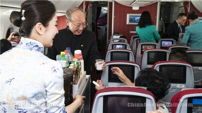 2019年4月26日,海航创业26周年,海航集团董事长陈峰在海口至北京航班上为旅客服务