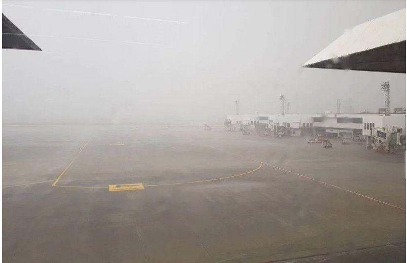 因暴风雨来袭,狮航移动登机梯撞上泰鸟航空机翼