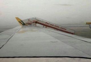 因暴风雨来袭 狮航移动登机梯撞上泰鸟航空机翼