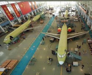 """商飞7架客机同时总装 一线员工生产线上过""""五一"""""""